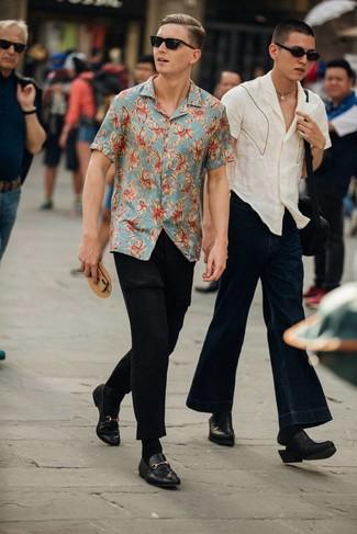 Comment porter: chemise à manches courtes imprimée bleu clair, pantalon chino noir, slippers en cuir noirs, lunettes de soleil noires