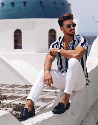 Comment porter: chemise à manches courtes à rayures verticales blanc et bleu, pantalon chino blanc, slippers en cuir noirs, lunettes de soleil noires