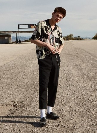 Comment porter une ceinture en toile noire: Harmonise une chemise à manches courtes imprimée noire avec une ceinture en toile noire pour un look idéal le week-end. Jouez la carte classique pour les chaussures et fais d'une paire de des slippers en cuir noirs ton choix de souliers.