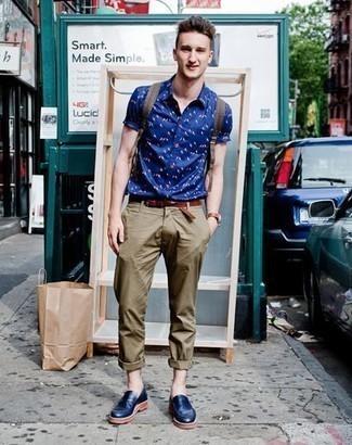 Comment porter des slippers en cuir bleu marine: Associe une chemise à manches courtes imprimée bleue avec un pantalon chino olive pour obtenir un look relax mais stylé. Une paire de des slippers en cuir bleu marine apportera une esthétique classique à l'ensemble.