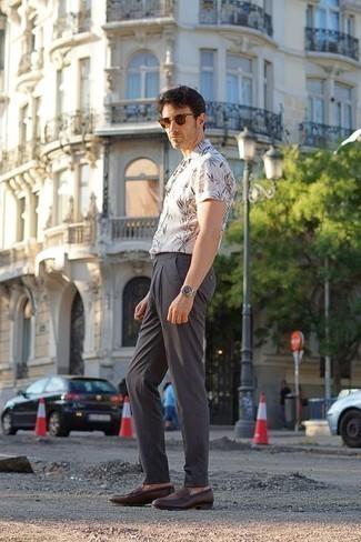 Tendances mode hommes: Pense à harmoniser une chemise à manches courtes imprimée blanche avec un pantalon chino gris foncé pour obtenir un look relax mais stylé. Opte pour une paire de des slippers en cuir marron foncé pour afficher ton expertise vestimentaire.