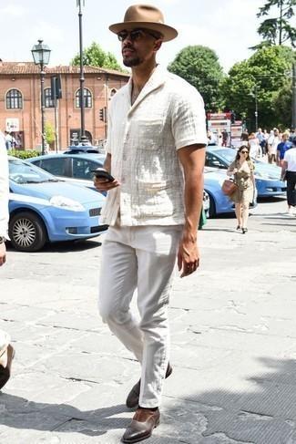 Comment porter des slippers en cuir marron foncé: Opte pour une chemise à manches courtes blanche avec un pantalon chino blanc pour un look de tous les jours facile à porter. Assortis cette tenue avec une paire de des slippers en cuir marron foncé pour afficher ton expertise vestimentaire.