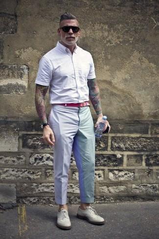 Tenue de Nick Wooster: Chemise à manches courtes blanche, Pantalon de costume gris, Chaussures brogues en cuir blanches, Ceinture en toile rouge