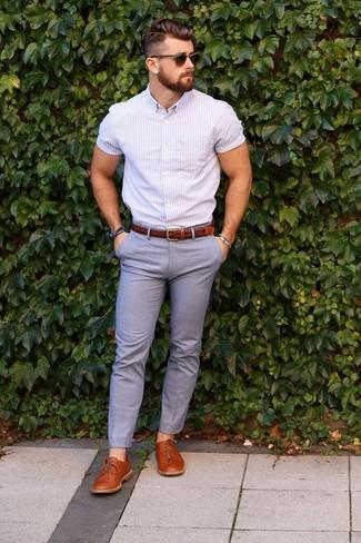 Comment porter: chemise à manches courtes à rayures verticales violet clair, pantalon de costume gris, chaussures derby en cuir tabac, ceinture en cuir marron