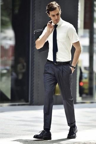 Comment porter un pantalon de costume gris foncé: Choisis une chemise à manches courtes blanche et un pantalon de costume gris foncé pour un look pointu et élégant. Rehausse cet ensemble avec une paire de des chaussures derby en cuir noires.