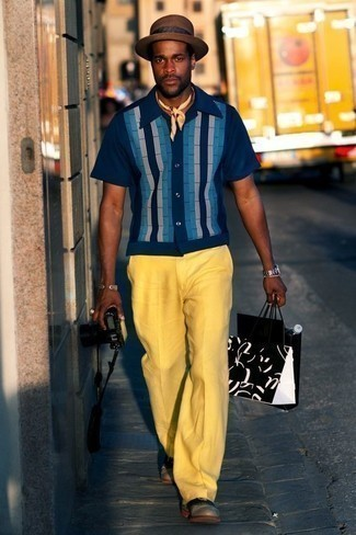 Comment s'habiller en été: Associer une chemise à manches courtes à rayures verticales bleu marine avec un pantalon de costume jaune est une option génial pour une journée au bureau. Opte pour une paire de des chaussures richelieu en cuir grises pour afficher ton expertise vestimentaire. Un look super beau qui sent bon l'été.