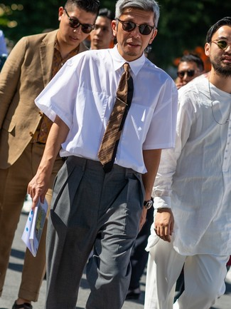 Comment porter: chemise à manches courtes blanche, pantalon de costume gris, cravate à rayures horizontales marron, lunettes de soleil marron foncé