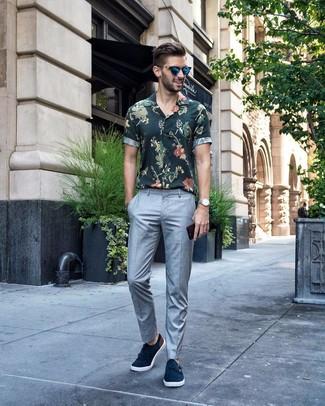 Comment porter: chemise à manches courtes à fleurs vert foncé, pantalon de costume gris, double monks en daim bleu marine, lunettes de soleil bleues