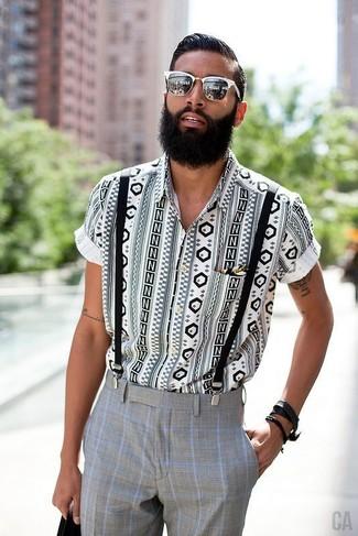 Comment porter: chemise à manches courtes géométrique blanche et noire, pantalon de costume à carreaux gris, lunettes de soleil blanches, bretelles noires
