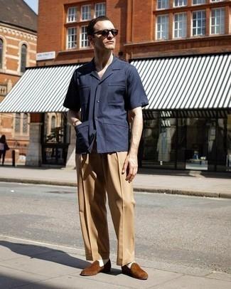 Comment porter un pantalon de costume marron clair: Opte pour une chemise à manches courtes bleu marine avec un pantalon de costume marron clair pour un look classique et élégant. Rehausse cet ensemble avec une paire de des slippers en daim marron.