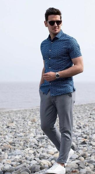 Comment porter: chemise à manches courtes imprimée bleue, pantalon de jogging gris, baskets basses en cuir blanches, lunettes de soleil marron foncé
