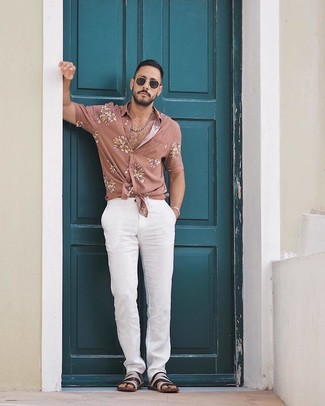 Comment porter: chemise à manches courtes à fleurs rose, pantalon chino blanc, sandales en cuir noires, lunettes de soleil noires