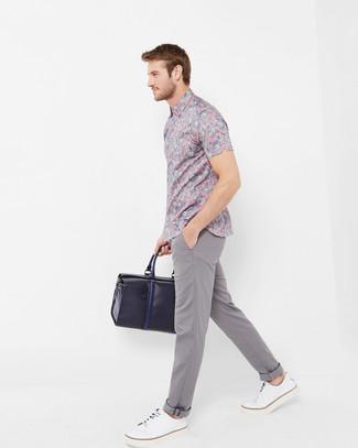 Comment porter: chemise à manches courtes à fleurs rose, pantalon chino gris, baskets basses en cuir blanches, fourre-tout en cuir bleu marine