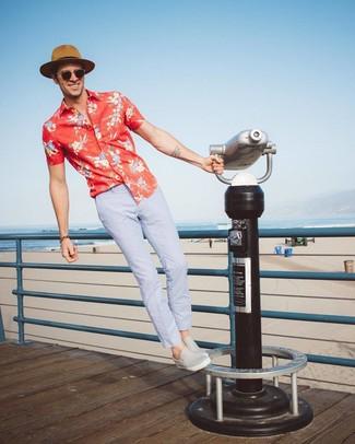 Comment porter: chemise à manches courtes à fleurs rouge, pantalon chino bleu clair, baskets à enfiler en cuir grises, chapeau de paille marron clair
