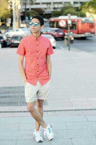 Comment porter: chemise à manches courtes rouge, short beige, baskets basses beiges, lunettes de soleil bleues