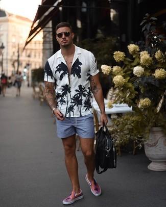 Comment porter une chemise à manches courtes à fleurs blanche et noire: Harmonise une chemise à manches courtes à fleurs blanche et noire avec un short bleu pour une tenue confortable aussi composée avec goût. Cet ensemble est parfait avec une paire de des baskets à enfiler roses.