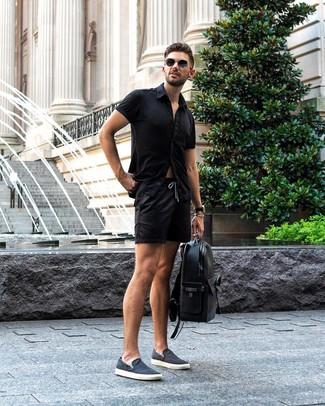 Comment porter: chemise à manches courtes noire, short noir, baskets à enfiler en toile bleu marine, sac à dos en cuir noir