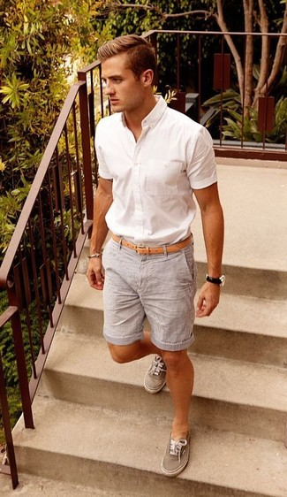 Comment porter: chemise à manches courtes blanche, short à rayures verticales gris, baskets basses grises, ceinture en cuir marron clair