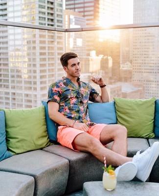 Comment porter: chemise à manches courtes à fleurs bleue, short rose, baskets basses blanches, lunettes de soleil marron foncé