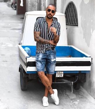 Comment porter: chemise à manches courtes à rayures verticales bleu marine et blanc, short en denim déchiré bleu, baskets basses en cuir blanches, ceinture en cuir noire