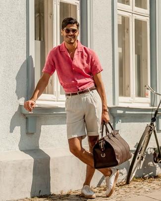 Comment porter un fourre-tout en cuir marron pour un style decontractés quand il fait très chaud à 30 ans: Pense à harmoniser une chemise à manches courtes en lin fuchsia avec un fourre-tout en cuir marron pour un look confortable et décontracté. Choisis une paire de des baskets basses en cuir blanches pour afficher ton expertise vestimentaire.