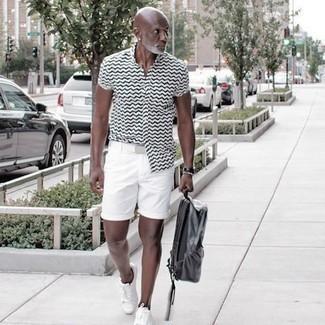Comment s'habiller après 50 ans: Associe une chemise à manches courtes imprimée blanche et noire avec un short blanc pour une tenue idéale le week-end. Une paire de baskets basses en toile blanches s'intégrera de manière fluide à une grande variété de tenues.
