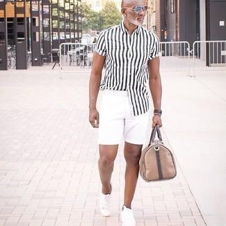 Comment s'habiller après 50 ans: Essaie de marier une chemise à manches courtes à rayures verticales blanche et noire avec un short blanc pour un look de tous les jours facile à porter. Assortis ce look avec une paire de baskets basses en toile blanches.