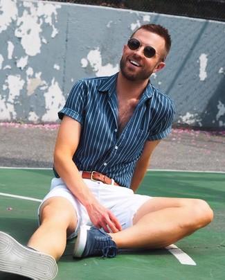 Comment porter: chemise à manches courtes à rayures verticales bleu marine, short blanc, baskets montantes en daim bleu marine, ceinture en cuir tabac