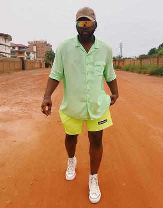 Comment porter: chemise à manches courtes verte, short chartreuse, baskets montantes en toile blanches, casquette de base-ball beige