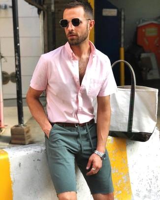 Comment porter: chemise à manches courtes rose, short vert foncé, ceinture en cuir marron foncé, lunettes de soleil noires