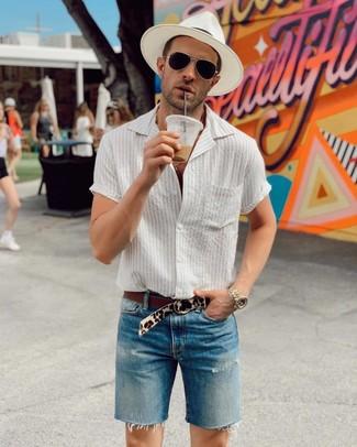 Comment porter: chemise à manches courtes à rayures verticales blanche, short en denim bleu, chapeau de paille blanc, ceinture en daim imprimée léopard beige