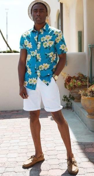 Comment porter un chapeau de paille beige: Associe une chemise à manches courtes à fleurs turquoise avec un chapeau de paille beige pour un look confortable et décontracté. Jouez la carte classique pour les chaussures et termine ce look avec une paire de des chaussures bateau en cuir marron clair.