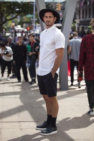 Comment porter: chemise à manches courtes blanche, short noir, chaussures derby en cuir noires et blanches, chapeau en laine noir