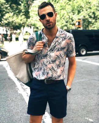Comment porter: chemise à manches courtes à fleurs rose, short bleu marine, sac fourre-tout en toile beige, ceinture en cuir noire
