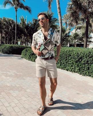 Comment porter: chemise à manches courtes à fleurs blanche, short beige, sandales en cuir grises, sac banane en toile imprimé marron