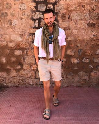 Comment porter: chemise à manches courtes rose, short beige, sandales en daim grises, ceinture en cuir marron