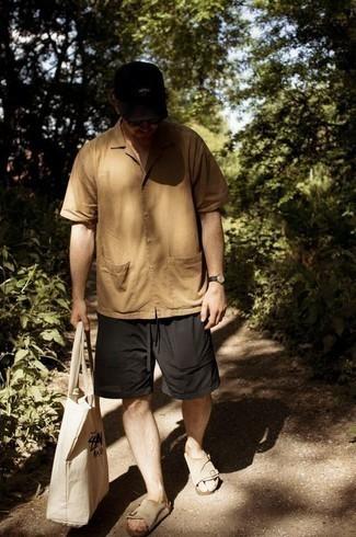 Comment porter une chemise à manches courtes marron clair: Marie une chemise à manches courtes marron clair avec un short noir pour un déjeuner le dimanche entre amis. Tu veux y aller doucement avec les chaussures? Choisis une paire de sandales en daim beiges pour la journée.