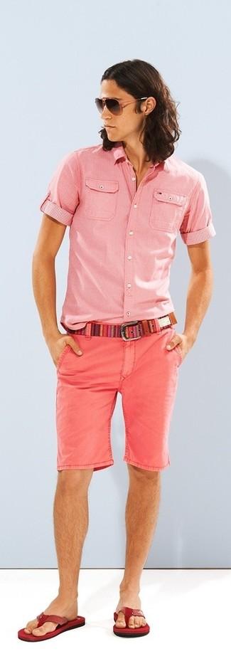Comment porter: chemise à manches courtes rose, short rose, tongs rouges, ceinture en toile multicolore