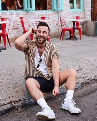 Comment porter: chemise à manches courtes à rayures verticales marron clair, t-shirt à col en v blanc, short noir, baskets basses en cuir blanches