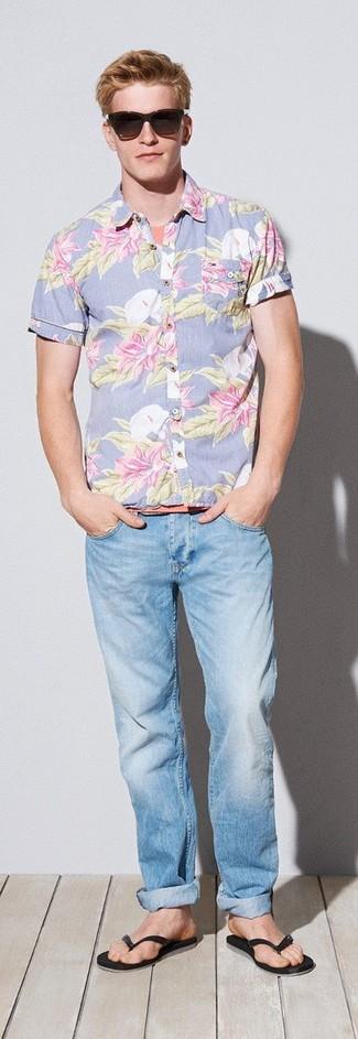 Comment porter: chemise à manches courtes à fleurs bleu clair, t-shirt à col rond orange, jean bleu clair, tongs noires