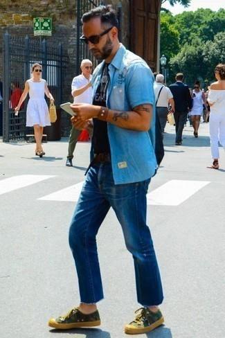 Comment porter un bracelet en cuir marron: Pense à marier une chemise à manches courtes en chambray bleu clair avec un bracelet en cuir marron pour un look confortable et décontracté. Rehausse cet ensemble avec une paire de des baskets basses en toile camouflage olive.