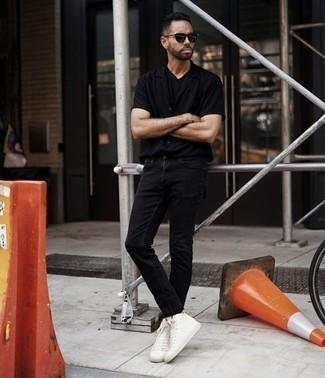Comment porter des baskets montantes en toile blanches: Pour une tenue de tous les jours pleine de caractère et de personnalité associe une chemise à manches courtes noire avec un jean noir. Jouez la carte décontractée pour les chaussures et assortis cette tenue avec une paire de des baskets montantes en toile blanches.