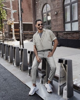 Comment porter un t-shirt à col rond gris: Porte un t-shirt à col rond gris et un jean gris pour un déjeuner le dimanche entre amis. Si tu veux éviter un look trop formel, choisis une paire de des chaussures de sport blanches.