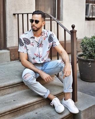 Comment porter un t-shirt à col rond blanc: Pense à marier un t-shirt à col rond blanc avec un jean déchiré bleu clair pour une tenue idéale le week-end. Une paire de des baskets basses en toile blanches ajoutera de l'élégance à un look simple.