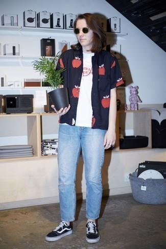 Comment porter un t-shirt à col rond imprimé blanc et rouge: Un t-shirt à col rond imprimé blanc et rouge et un jean bleu clair communiqueront une impression de facilité et d'insouciance. Cette tenue est parfait avec une paire de des baskets basses en toile noires et blanches.