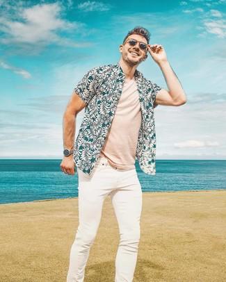 Comment porter: chemise à manches courtes à fleurs bleu canard, t-shirt à col rond beige, jean skinny blanc, lunettes de soleil marron