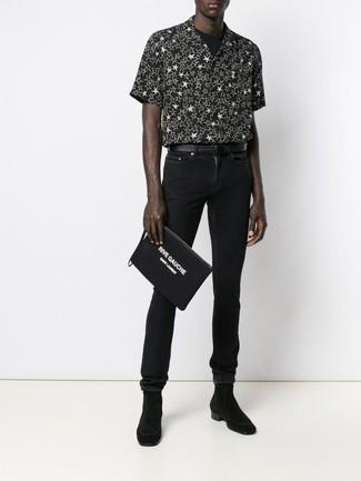 Comment porter: chemise à manches courtes à étoiles noire et blanche, t-shirt à col rond noir, jean skinny noir, bottines chelsea en daim noires