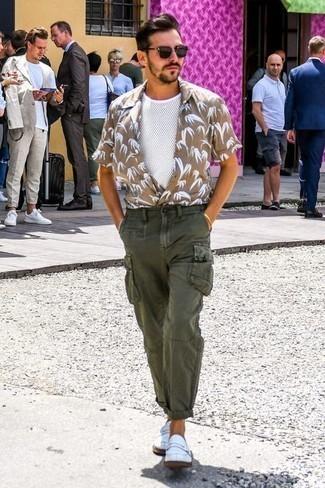 Comment porter un pantalon cargo olive: Porte une chemise à manches courtes imprimée marron clair et un pantalon cargo olive pour un déjeuner le dimanche entre amis. D'une humeur audacieuse? Complète ta tenue avec une paire de des slippers en cuir blancs.