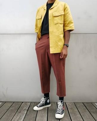 Comment porter: chemise à manches courtes jaune, t-shirt à col rond noir, pantalon chino tabac, baskets montantes en toile noires et blanches