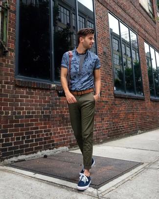 Comment porter: chemise à manches courtes imprimée bleue, t-shirt à col rond à rayures horizontales bleu marine et blanc, pantalon chino olive, baskets basses en toile bleu marine